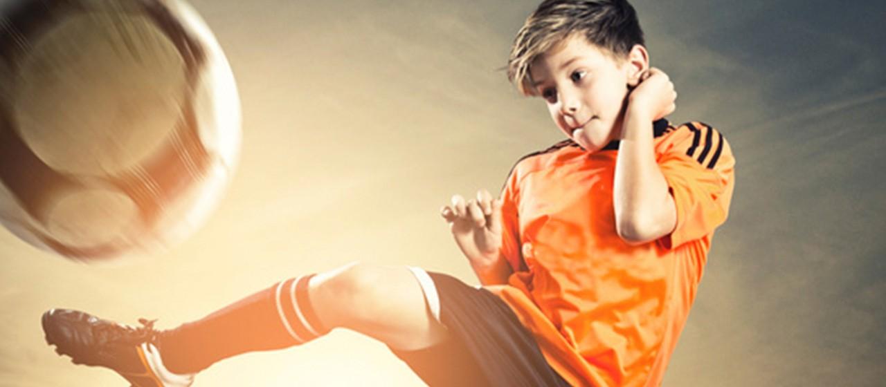 Junger Fußballer in Aktion